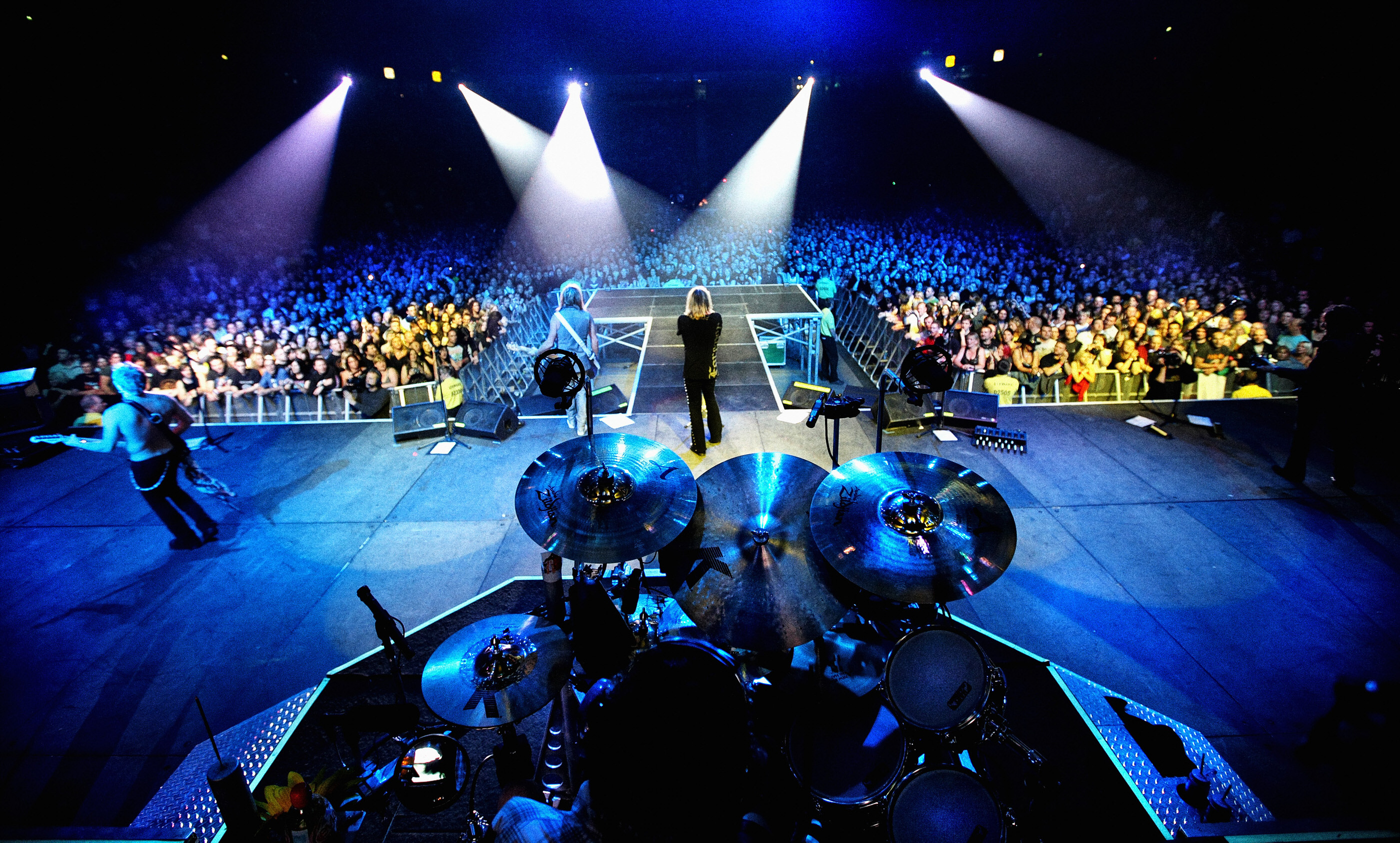 def-leppard-live-onstage-manchester-audience3