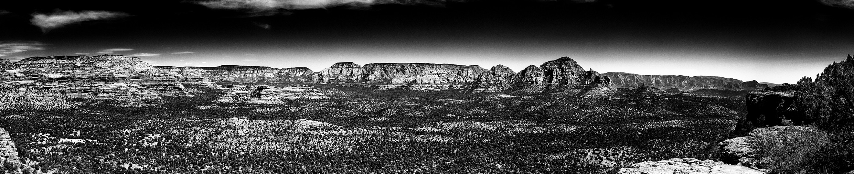 sedona-panormic-bnw-landscape-mountains-ash-newell
